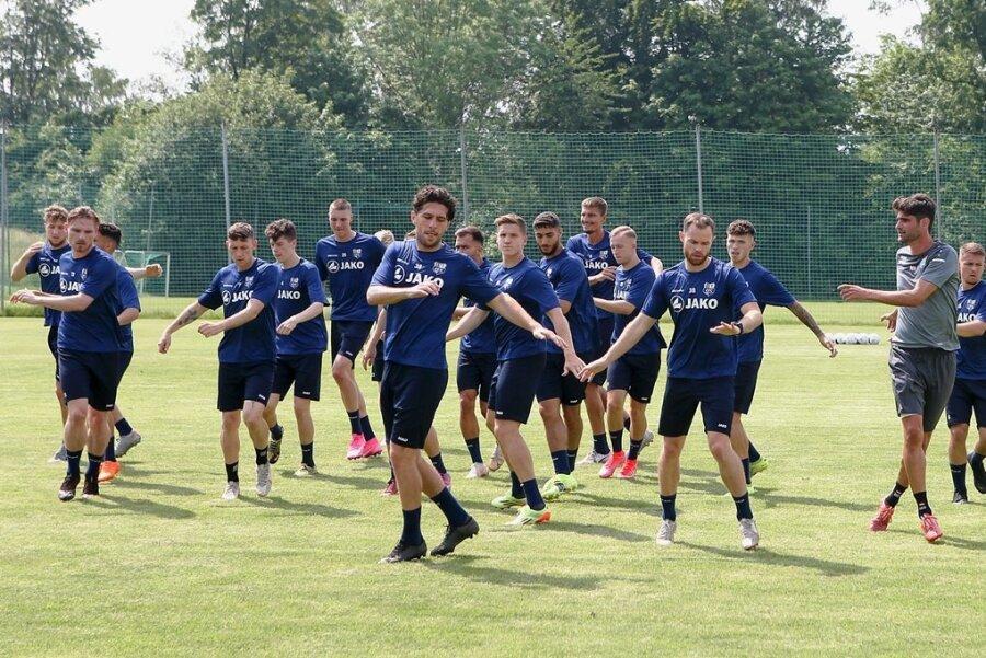 Das blaue Ballett nicht ganz synchron: Trainingsauftakt des Chemnitzer FC im Sportforum.