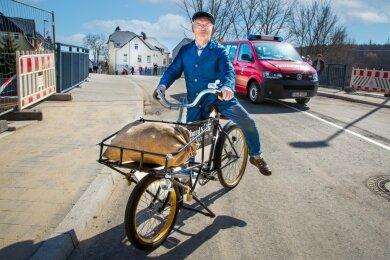Wolfgang Wundram fuhr mit seinem gut 85 Jahre alten Diamant-Geschäftsfahrrad als erster über die neue Kirchenbrücke in Flöha.