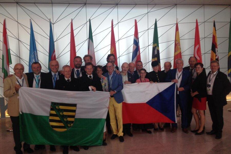 Die deutsche und tschechische Delegation feiern die Aufnahme der Montanregion Erzgebirge ins Welterbe.