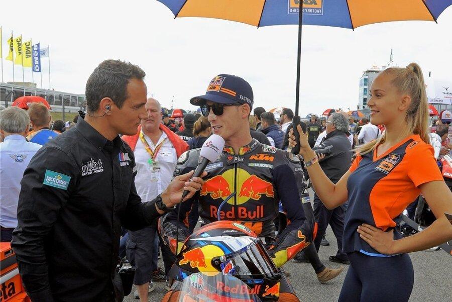 Alex Hofmann wechselte nach der Karriere hinter die Kamera, führt mit den WM-Motorradpiloten (hier Pol Espargaro) TV-Interviews.