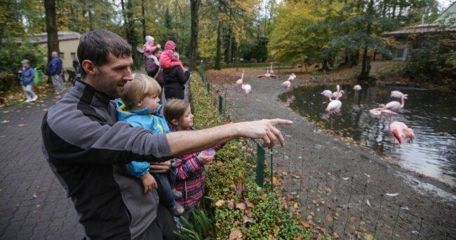 Peter Neuber geht regelmäßig mit seinen Kindern Phillip und Sarah in den Tierpark. Am Wochenende nutzten sie noch mal die Chancen auf einen Besuch der Einrichtung, die wie alle anderen Freizeitstätten der Stadt ab dem heutigen Montag für vier Wochen schließen muss.