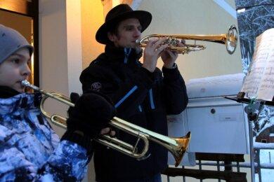 Ralf Günther und sein Sohn Jonathan beteiligen sich an der Bläseraktion in Aue-Alberoda. Jeden Abend stehen sie punkt 18 Uhr vor der Haustür und musizieren. Ihnen schließen sich weitere Musiker im Dorf an. Die Aktion soll bis zum Ende des Lockdowns weitergehen.