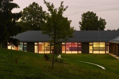 """Die Grundschule Gornsdorf ist beim Landeswettbewerb """"Ländliches Bauen"""" mit dem ersten Preis in der Kategorie """"Öffentliche Nutzung"""" ausgezeichnet worden."""