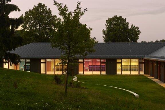 Die Grundschule Gornsdorf ist in den Architekturführer Deutschland 2019 aufgenommen worden. Die Herausgeber lobten vor allem, dass sich die Schule so gut in ihre Umgebung einfügt - wie der Blick vom Garten aus verdeutlicht.