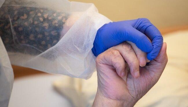 Helfende Hände werden in der Altenpflege viele gebraucht - umso mehr in Zeiten wie der Corona-Pandemie.