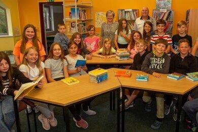 Schulleiterin Ina Gabler und ihr Stellvertreter Stefan Meinel mit den Gewinnern des Geschichtswettbewerbs des Bundespräsidenten.