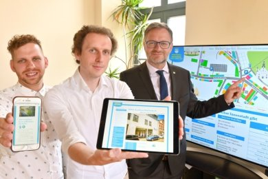 Severin Zähringer, Robert Seidel und OB Raphael Kürzinger präsentieren die interaktive Innenstadtkarte für Reichenbach.
