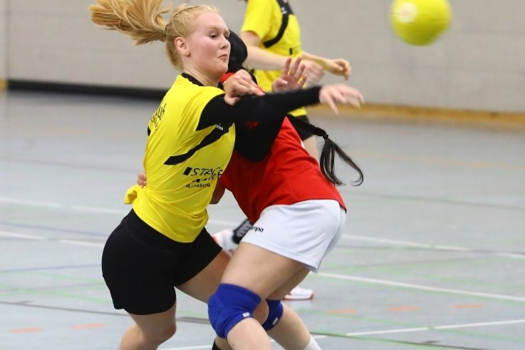 Lisa Strasdat (l.) vom HCAB konnte für ihre Mannschaft im Duell mit Penig vier Tore erzielen.