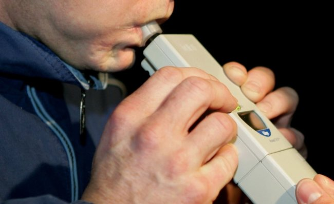 Wenn das Kontrollgerät einen hohen Promillewert anzeigt, ist das oft ein deutlicher Hinweis auf regelmäßigen Alkoholkonsum.