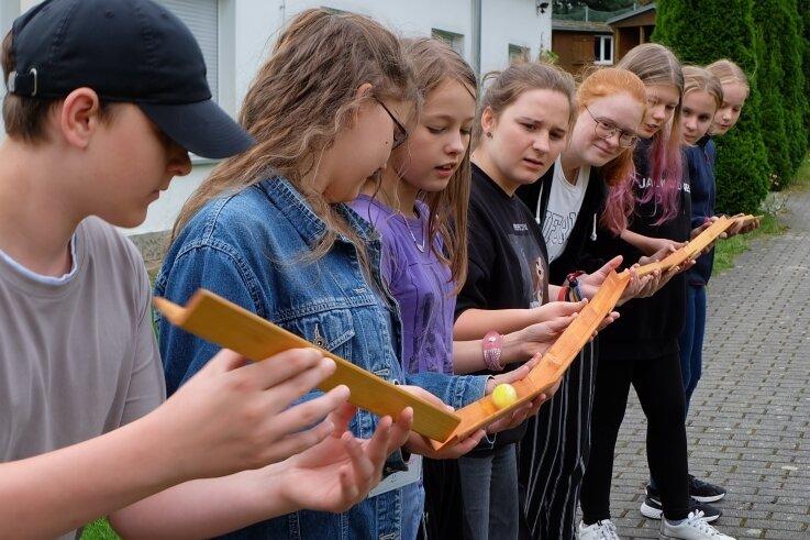 Deutsche und tschechische Jugendliche sind in dieser Woche beim Internationalen Jugendtreff des Kreisjugendrings in der Tabakstanne Thalheim zu Gast. Zum Kennenlerntag sollten die Zehn- bis 14-Jährigen eine Kugel transportieren, ohne sie mit den Händen zu berühren.