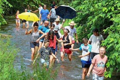 100 Leute waren am frühen Sonntagnachmittag im Flussbett der Pleiße unterwegs.