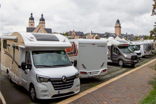 Wirklich kein Bedarf? Im Sommerhalbjahr stehen am Neustadtplatz fast durchgehend Wohnmobile, obwohl es dort keine gute Infrastruktur gibt. Der Freistaat krittelt dennoch an Plauens Plänen für ein Caravan-Projekt herum.
