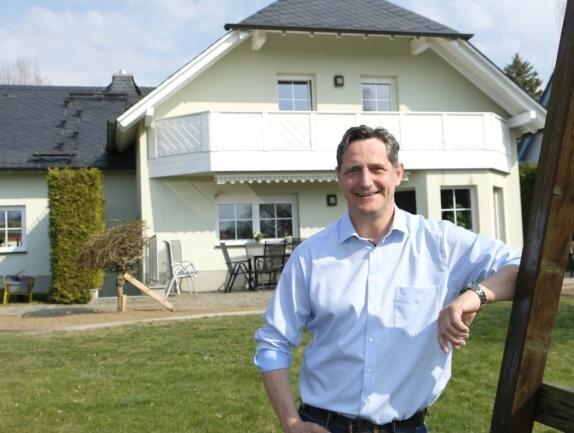 FDP-Kandidat Sven Köpp vor dem Haus der Familie in Reuth.
