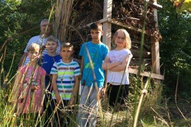 Die Mädchen und Jungen des SOS-Kinderdorfes haben am Mittwoch dasXXL-Insektenhotel sozusagen eröffnet.