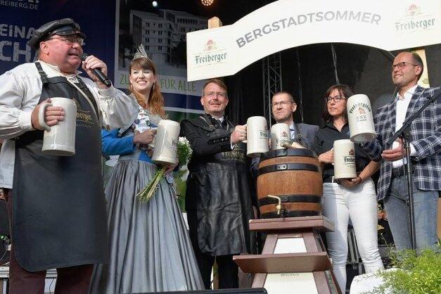 Mit nur einem Schlag hat Thomas Mielenz (links) alias Braumeister Michael am Donnerstagabend zur Eröffnung des Bergstadtsommers das Fassbier angestochen.