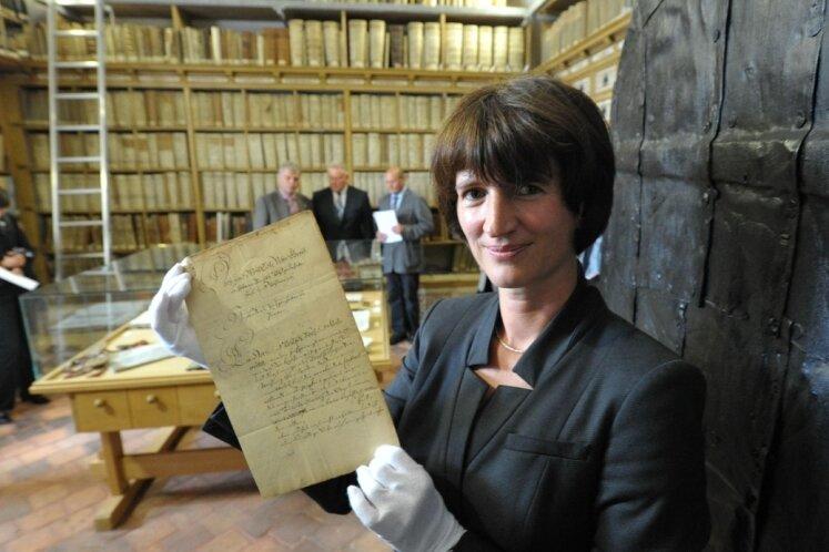 """<p class=""""artikelinhalt"""">Ein Brief Gottfried Silbermanns an den vom 3. August 1734 ist nach Jahrzehnten der Irrfahrt ins Ratsarchiv der Bergstadt zurückgekehrt. Archivleiterin Ines Lorenz freut sich über das wertvolle Dokument.</p>"""