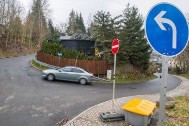 Vom Wiesenweg aus können Autofahrer nur noch nach links auf den Kohlweg abbiegen. Grund: Der Kohlweg ist wegen der Sperrung der Bockauer Straße seit kurzem eine Einbahnstraße.