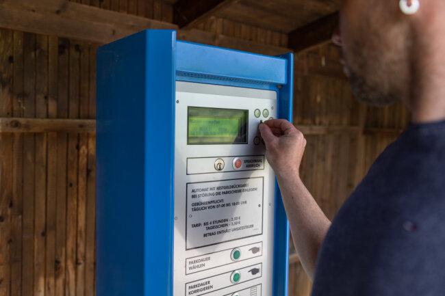 Künftig sollen Nutzer der Parkautomaten an der Thumer Straße bei Geyer und an anderen Standorten nicht nur mit Bargeld, sondern auch per Smartphone zahlen können. Die Stadt will das zunächst ein Jahr lang testen. Im Rat gab es Zustimmung dafür.