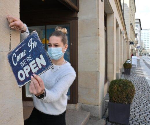 Lisa-Marie Weiß vom Solekitchen Sneakerstore in der Inneren Klosterstraße begrüßte am Dienstagvormittag den ersten Kunden.