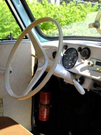 Das Cockpit des Trabant aus dem Jahr 1963. Sogar das Radio ist noch original.