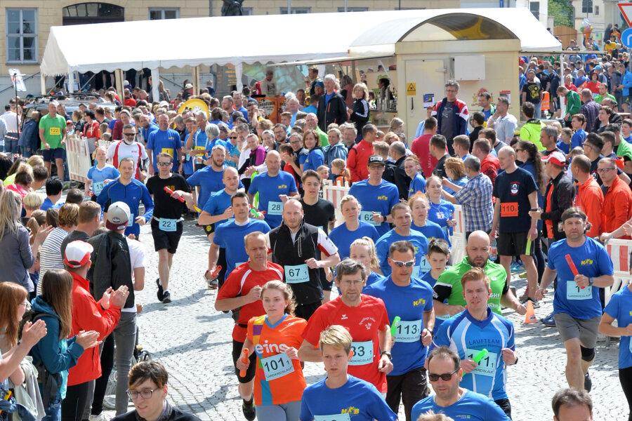 800 Läufer nahmen am 27. Landkreislauf in Hainichen rund um den Marktplatz teil.