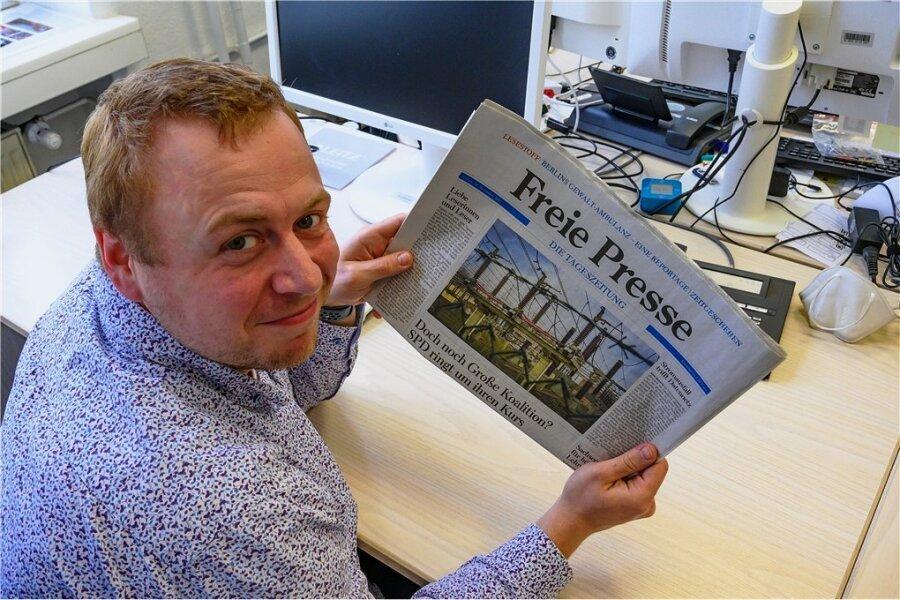 """Medientechniker Felix Birkner hält die Notausgabe der """"Freien Presse"""" vom 23. November 2017 in der Hand. An diesem Tag gab es für alle Leser der Heimatzeitung die gleiche Ausgabe."""