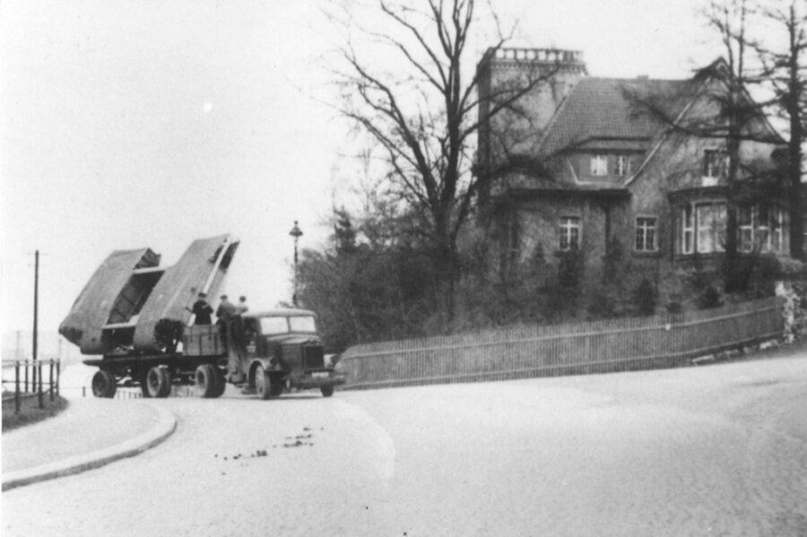 Transport der Firma Koch & te Kock zum Bahnhof Oelsnitz. Das Unternehmen fertigte Militärgüter und nahm am 21. Dezember 1943 zusätzlich die Instandsetzung beschädigter Tragflächenmittelstücke des Bombers He 111 auf.