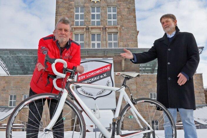 Henry Neumann (links) hat die Leitung der Radsportabteilung des ESV Lok Zwickau von Reiner Künzel (rechts) übernommen.
