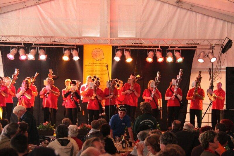 Die Schalmeienkapelle Bad Gottleuba aus Sachsen war eines von 15 Ensembles, die den Milkauer Musikern zu ihrem Jubiläum gratulierten. Am Montag spielten sie auf der Bühne im Festzelt auf dem Schulhof der Mittelschule Milkau.