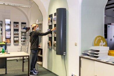 Im Bürgerbüro des Burgstädter Rathauses ist ein Luftreinigungsgerät installiert worden, wo Mandy Knechtel arbeitet. Für Kitas und Schulen soll die Anschaffung nochmals überdacht und geprüft werden.