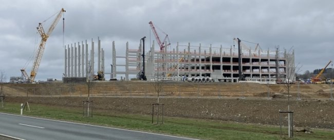 Der Rohbau des neuen Amazon-Logistikzentrums bei Hof wächst derzeit sichtlich in die Höhe.