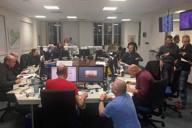 Notsituation: Alle Redakteure um einen Tisch versammelt.