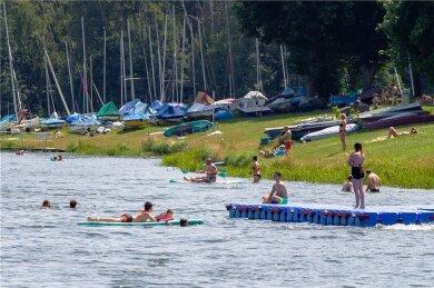 Es ist Urlaubszeit an der Talsperre Pöhl. Gebadet werden kann an vielen Stellen. Verbotsstellen sind mit Bojen gekennzeichnet.