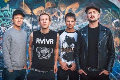 """Die Berliner Punkband ZSK, (von links) Bassist Eike, Sänger Joshi, Drummer Matthias und Gitarrist Ace, gastieren am Freitag im """"Café Taktlos"""" in Glauchau. Die Einnahmen gehen an den Club."""