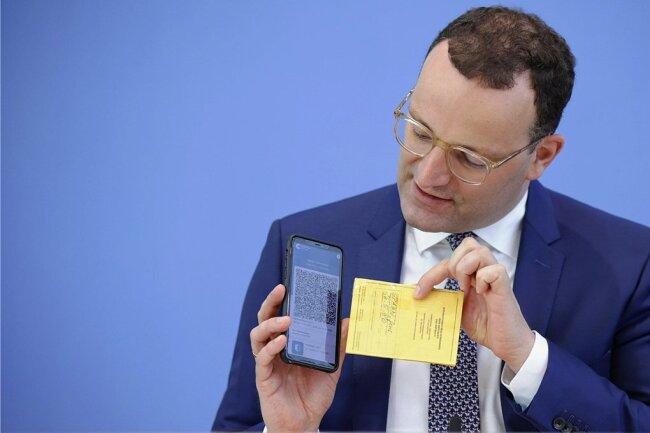 An diesem Donnerstag erklärte Bundesgesundheitsminister Jens Spahn (CDU), wie die Angaben zu Covid-19-Impfungen künftig digitalisiert und ins Smartphone übertragen werden können.