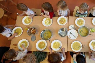 Kartoffelsuppe selbst gekocht - immer mehr Kindertagesstätten im Landkreis bieten ihren Kindern selbst gemachtes Essen an.