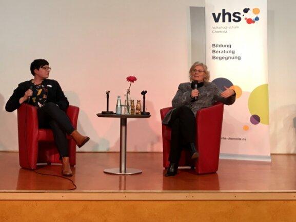 Bundesjustizministerin Christine Lambrecht (r.) mit Ellen Thümmler von der Volkshochschule Chemnitz im Tietz.