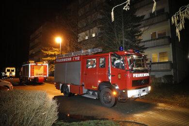 Gegen 23.30 Uhr waren die Einsatzkräfte zu einem Brand in einem Wohnhaus an der Johannes-Dick-Straße alarmiert worden. In einem Fahrzeugschacht war es zu einem Feuer mit Rauchentwicklung gekommen.