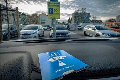 Mancherorts darf man sie nicht vergessen, wenn man bei Rückkehr zum Auto kein Knöllchen finden will: die Parkscheibe, in vorgeschriebener blau-weißer Gestaltung.