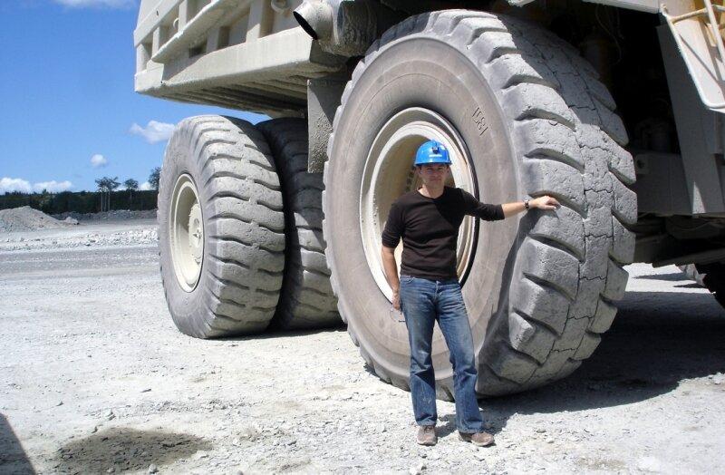 """<p class=""""artikelinhalt"""">Will jetzt von Freiberg aus den Bergbau in Sachsen wiederbeleben: Titus Gebel, Vorstand der Deutschen Rohstoff AG, vor einem Muldenkipper im Tagebau. </p>"""