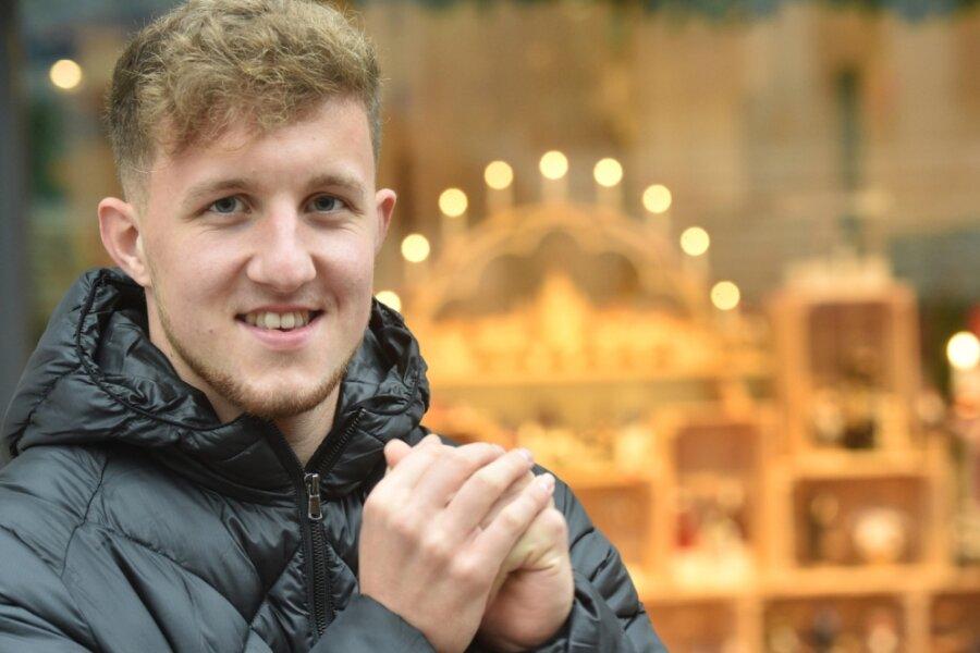 """Tim Campulka und der Schwibbogen. Der CFC-Profi stammt aus dem Erzgebirge und ist froh, dass Familie und Freunde nicht weit weg von Chemnitz wohnen. """"Ich fühle mich jetzt beim CFC zu Hause"""", sagt der 20-Jährige, der seit fast sieben Jahren in Chemnitz spielt und lebt."""