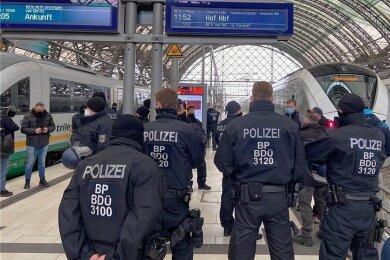 Endstation: Bundespolizisten setzten am Samstag mutmaßliche Hooligans im Dresdner Hauptbahnhof fest. Auch dank des Großeinsatzes blieben Szenen wie bei der Querdenken-Demonstration am 7. November in Leipzig an diesem Wochenende in Dresden aus.