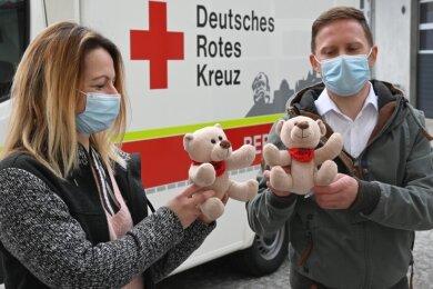 100 Kuschelbären stellt die Kinderhilfe Diekholzen mit Hilfe der Chemnitzer Firma TM-Ausbau (im Foto die Mitarbeiter Stefanie Weihmann und Maik Hartleb) dem DRK für dessen Rettungsfahrten zur Verfügung.