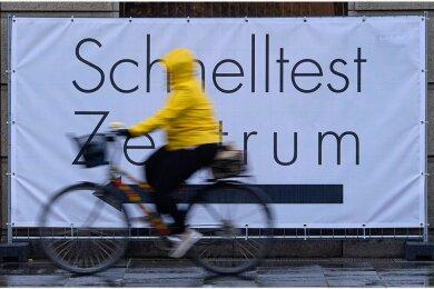 Testzentren wie hier in Dresden sind ein Mittel, der Pandemie Herr zu werden. Über ein neues Infesktionschutzgesetz, das dem Bund mehr Kompetenzen einräumt, wird gestritten.