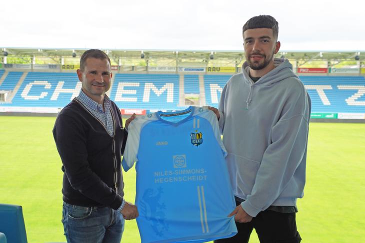 CFC-Geschäftsführer Sport Marc Arnold (links) und Dominik Pelivan nach der Vertragsunterschrift im Stadion An der Gellertstraße.