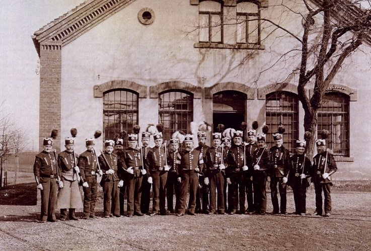 Bergleute des Vertrauenschachtes in ihrem Berghabit (um 1890).