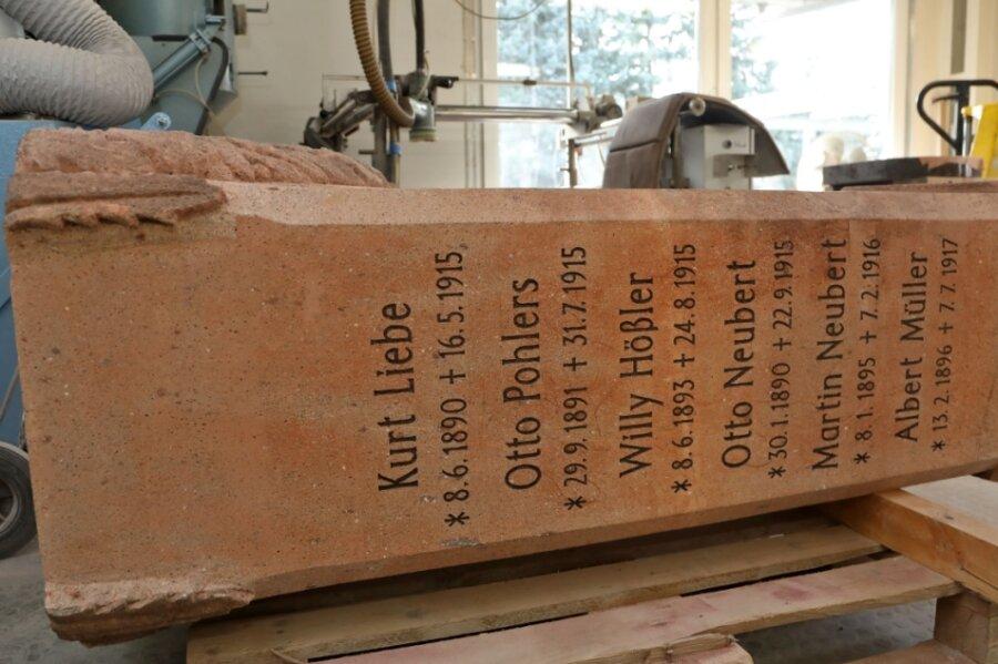 Der Gedenkstein liegt beim Steinmetzbetrieb Daniel Brumme in Meerane. Bevor die Arbeit weitergeht, muss eine Entscheidung her. Die strittige Inschrift, um die es geht, ist noch zu DDR-Zeiten abgemeißelt worden.
