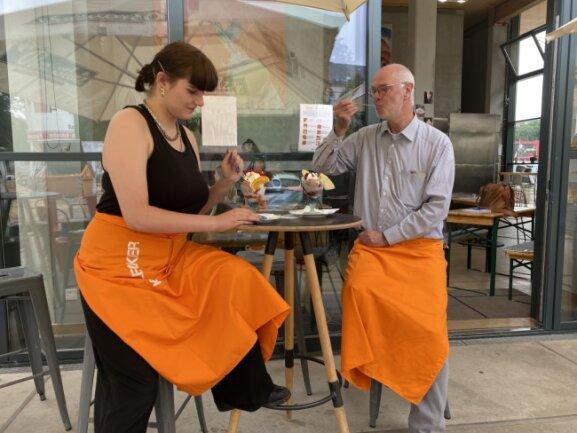 Lea Mauersberger und Kohlebunker-Chef Kai Busacker genehmigen sich selbst einen Eisbecher.