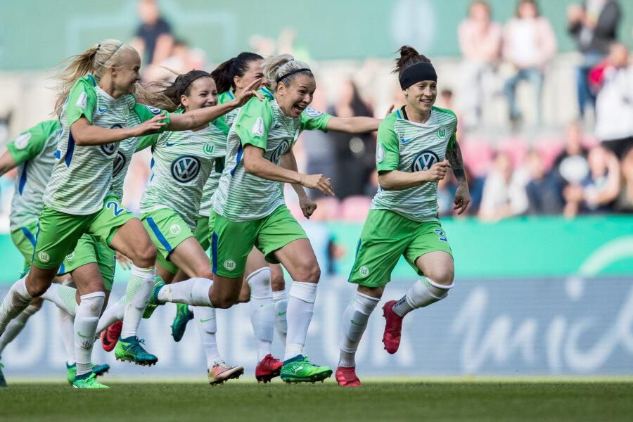 Wolfburger Spielerinnen freuen sich über den Sieg nach dem letzten Elfer.