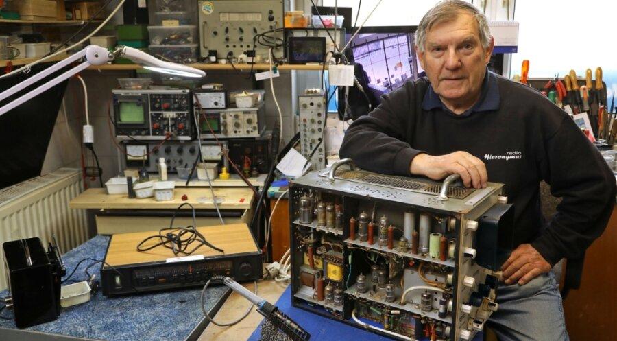 Für das Foto hat Gerd Hieronymus sein Meisterstück noch einmal vom Oberboden geholt. Den Zweistrahl-Oszillografen hat er selbst gebaut. Solche Messtechnik wurde einst bei der Reparatur defekter Rundfunk- und Fernsehtechnik benötigt.